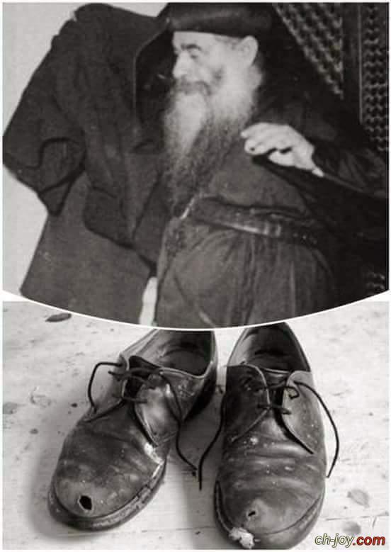 سر سرقة حذاء البابا كيرلس خلال صلاته القداس
