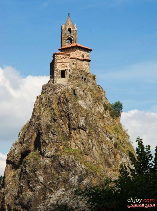 كنيسة رائعة فوق جبل القديس ميشيل في نورماندي بفرنسا