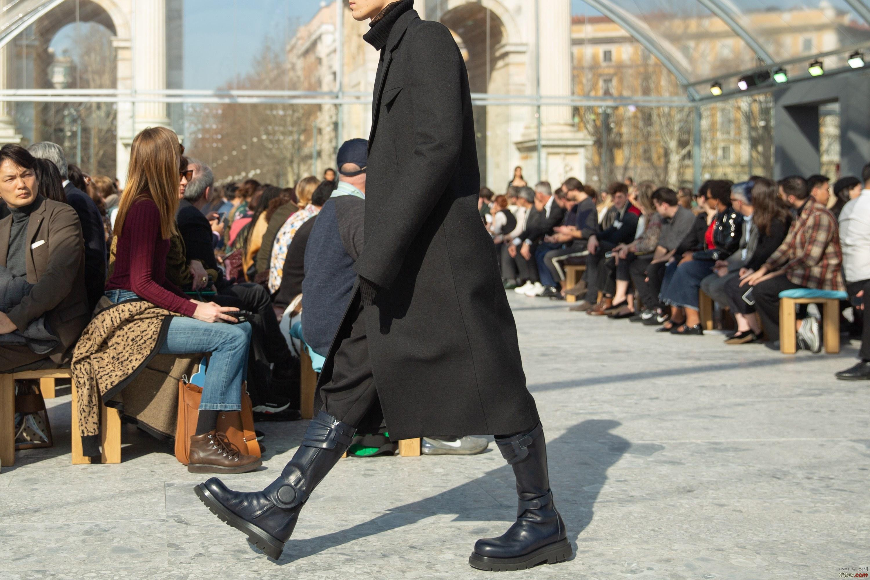 اكسسوارات عام ٢٠٢٠: حقائب الدلو وأحذية ضخمة وأطواق مبطنة