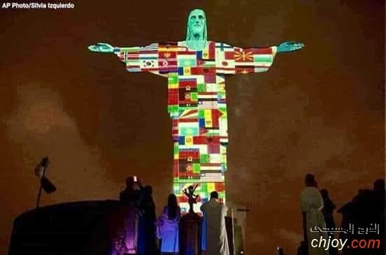إضاءة تمثال المسيح الفادي في ريو دي جانيرو بالبرازيل مع أعلام الدول التي تكافح فايروس كورونا