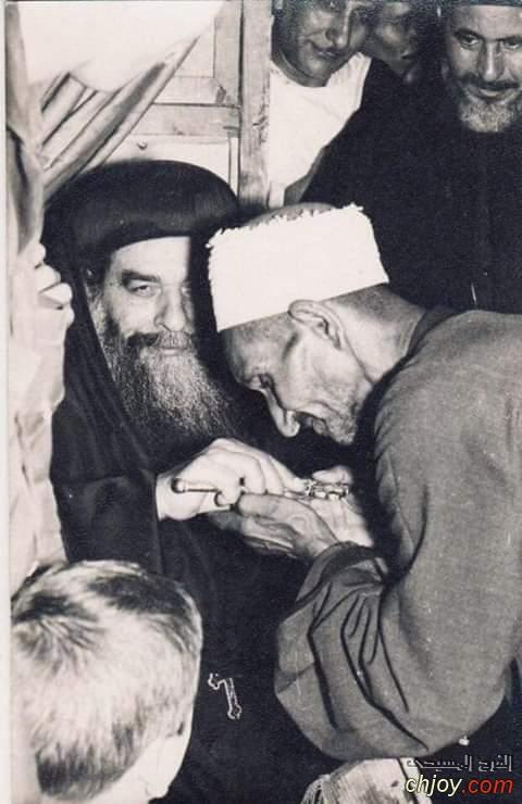 صوره نادره جدا للشيخ الجليل الدكتور محمود الفحام  يقبل الصليب الذى بيدى البابا كيرلس السادس