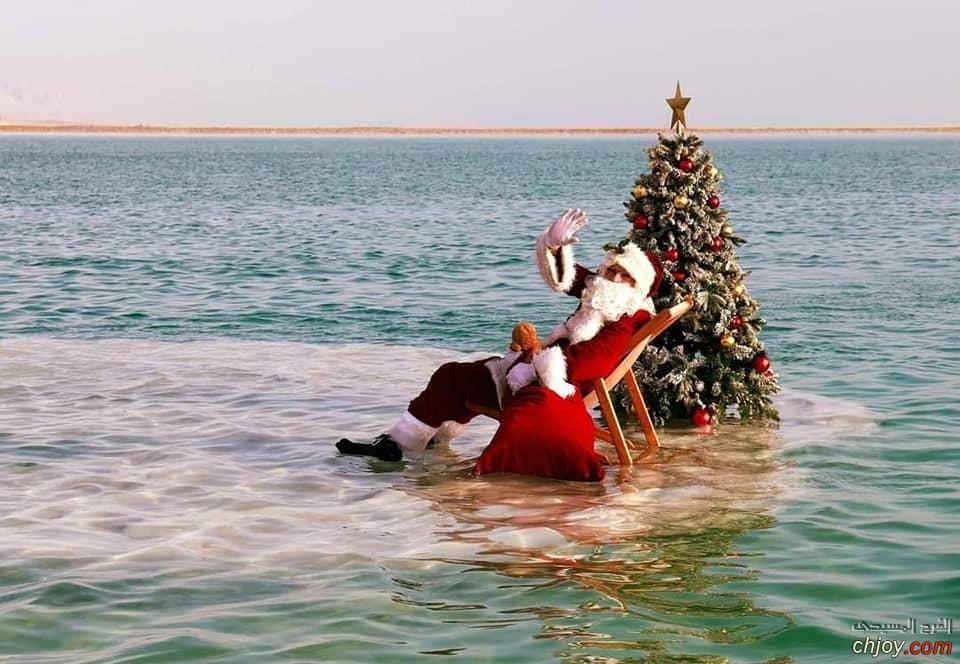 سانتا كلوز يحتفل بالكريسماس فى عرض البحر