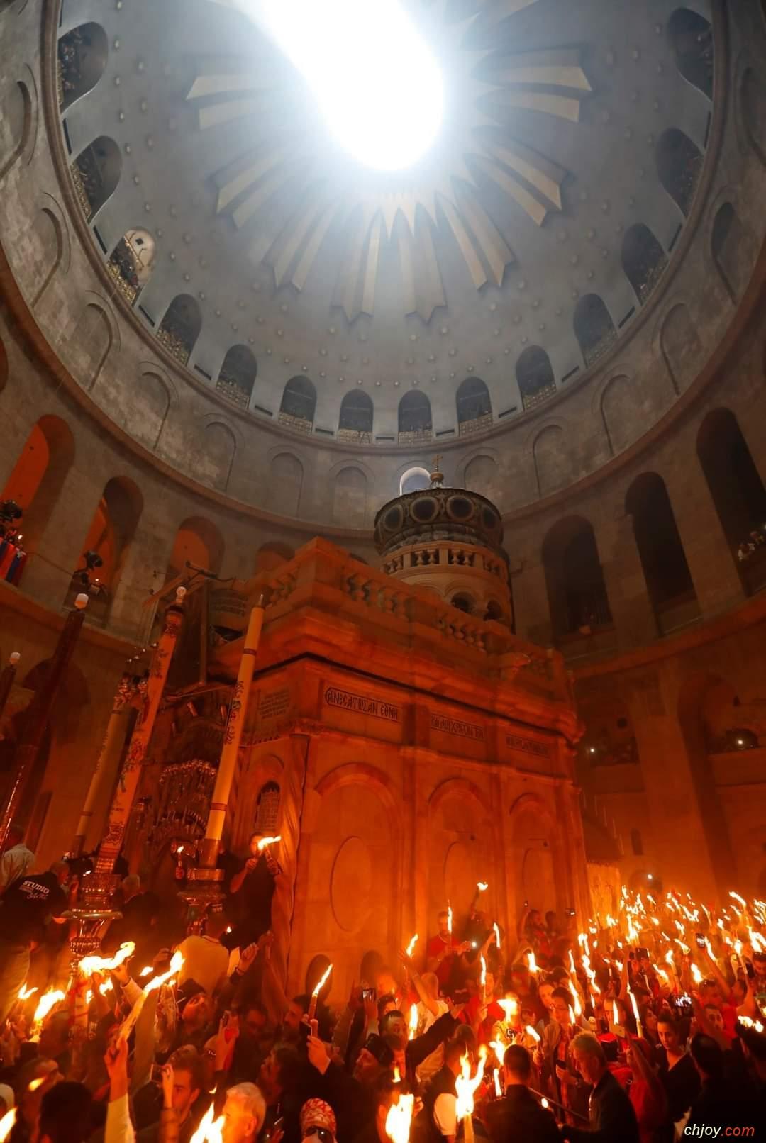 الرد على الذين يشكون في معجزة خروج النور من قبر المسيح يوم سبت النور