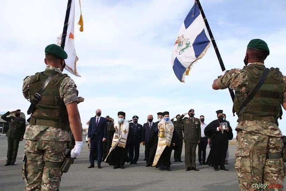 النور المقدس يصل قبرص واليونان
